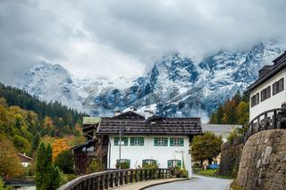 Strasse durch den malerischen Ort Ramsau in Berchtesgarden, Deutschland