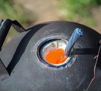 Ein Schmelzofen in dem Kufper geschmolzen wird.