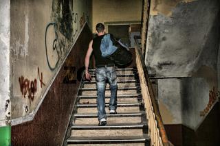 Mann geht die Treppe hoch