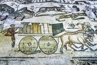 PIAZZA ARMERINA, SIZILIEN, ITALIEN - 24. Mai 2018:  Antike römische Mosaiken in der archäologischen Stätte Villa Romana del Casale - UNESCO-Welterbestätte