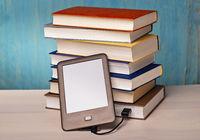 E-Book-Reader und Bücherstapel