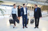 Gruppe Geschäftsleute reist als Team im Flughafen