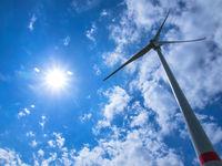 Windkraftrad im Sonnenschein