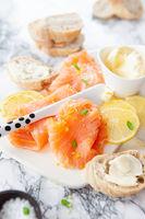 Geraeucherter Lachs mit frischer Zitrone