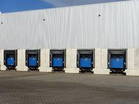 modernes Lagerhaus mit mehreren Rampen für Lastwagen