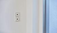 Zwei Lichtschalter an Wand in Wohnung