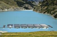 Sonnenkollektoren eines Solarkraftwerks schwimmen auf dem Bergsee Lac des Toules