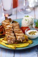 griechische Souvlaki-Spieße mit Pommes frites