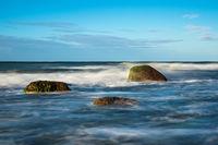 Steine an der Ostseeküste bei Warnemünde an einem stürmischen Tag