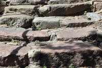Ausgetretene Stufen einer alten Steintreppe in Kappeln in Norddeutschland