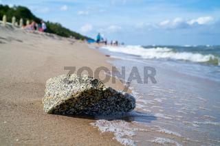 Stein am Strand der Ostsee bei Rewal