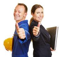 Arbeiter und Angestellte halten Daumen hoch