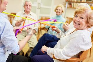 Gruppe Senioren bei einem Spiel für Teamgeist und Zusammenhalt im Altenheim