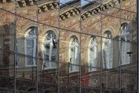 Gebäude spiegelt sich in Glasfassade