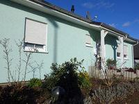 Einfamilienhaus mit Fassade in pastell grüner Farbe