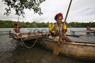 Maedchen rudert Auslegerboot, Papua Neuguinea
