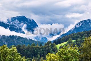 Landschaft mit Bergen und Bäumen im Berchtesgardener Land