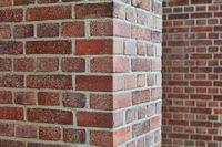 Backstein und Ziegelstein Kante von Säule vor Wand