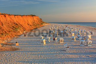 Strand mit Strandkörben am Roten Kliff bei Kampen auf Sylt im Abendlicht