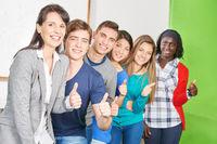 Schüler mit Lehrer halten Daumen hoch