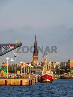 Blick auf den Stadthafen und die Petrikirche in der Hansestadt Rostock