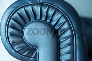 Ledercouch blau glänzend und Schneckenmuster - Detailaufnahme