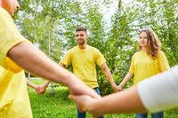 Gruppe beim Hände halten bei Teambuilding Event