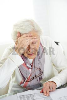 Altersarmut mit Seniorin und Rechnung
