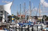 Symbolisches Segel und die Masten von Yachten im Hafen von Eckernförde