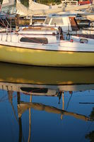 Segelboot spiegelt sich im Wasser