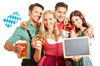Männer und Frauen in Bayern halten Tafel