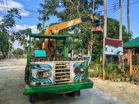 Eine alte Hubarbeitsbühne in den Straßen von Ko Phayam