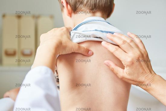 Osteopath bei der Akupressur an der Wirbelsäule