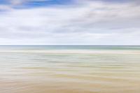 Verschwommener, defokussierter Himmel und Meereshintergrund