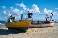 Fischerboote am Strand der polnischen Ostseeküste