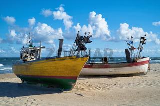Fischerboote am Strand der Ostsee in Polen
