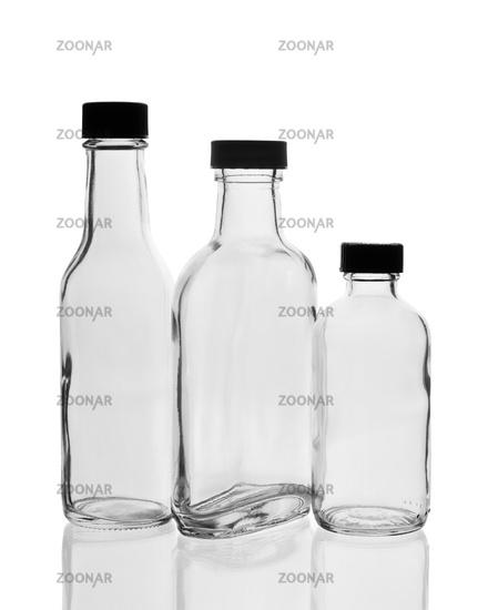 Drei leere Glasflaschen mit Verschluss