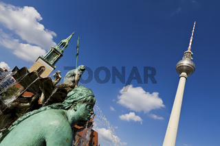 Statue des Neptunbrunnen und Fernsehturm am Alexanderplatz in Berlin - Statue of the Neptun Fountain and TV Tower on Alexanderplatz in Berlin