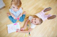 Zwei Kinder von oben beim Malen