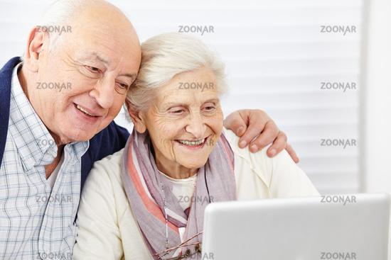 Paar Senioren schaut auf Computer