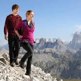 Junges Pärchen auf Wanderung in den Bergen