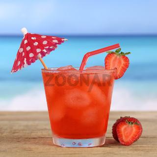 Erdbeeren Cocktail Drink am Strand und Meer im Sommer
