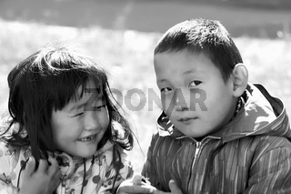Porträt zweier Kinder in der mongolischen Hauptstadt Ulaanbaatar, Foto von 1977