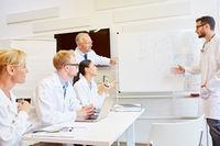 Ärzte bei Schulung mit Pharmareferent