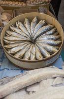 Schachtel mit frischen Sardinen für den Verkauf auf dem Bauernmarkt in Sineu, Mallorca