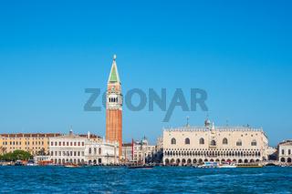 Der Markusplatz mit Dogenpalast und Markusturm in Venedig, Italien
