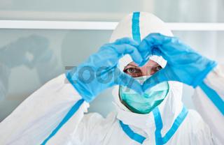 Klinikpersonal hält Herz mit Händen vor Gesicht als Coronavirus Unterstützung