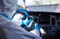 Putzkraft bei Reinigung von Innenraum eines Rettungswagen wegen Coronavirus