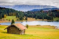 Panorama Landschaft mit Alm und See in Bayern