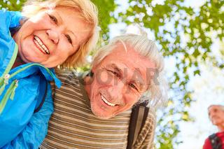 Glückliches Senioren Paar auf einer Wanderung